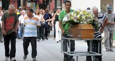 Indignação marca sepultamento de aposentado morto por vigia Homem de 77 foi espancado até a morte depois de tentar urinar em um lote na Região Oeste da capital. Suspeito do crime foi ouvido e liberado, segundo a Polícia Civil