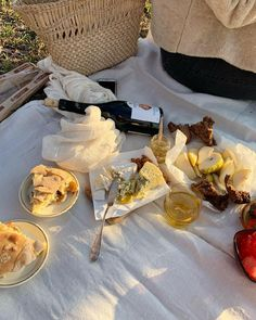 by – pinkish-hits Picnic Date, Romantic Picnics, Simply Recipes, Oui Oui, Food Diary, Sugar And Spice, Aesthetic Food, Food Photo, Food Styling