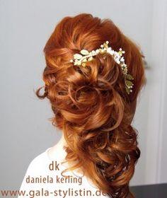 brautfrisur halboffen rote haare haarschmuck hochzeit locken asymmetrisch gesteckt