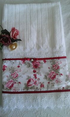 Explore Costura com Arte . Sewing Hacks, Sewing Crafts, Sewing Projects, Decorative Hand Towels, Towel Crafts, Shabby Chic Crafts, Linens And Lace, Sewing Table, Bathroom Towels