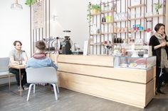 Vor kurzem durfte sich in Wien der erste Bezirk über Zuwachs in der Third Wave Coffee Szene erfreuen. Zwischen Schwedenplatz und Schottenring, nähe Salzgries, hat das Café EL.AN (ELke und ANna) ein hübsches Plätzchen gefunden. Dort kann beinahe das gesamte Café bereits durch den hohen gläsernen Eingangsbereich betrachtet werden. Anna, Scene