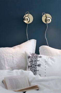 Sänglampa 399 kr Av målad metall. Väggplatta Ø 12 cm. Dimmer på väggfästet. Gu10, Max 35W. Ljuskälla ingår ej.