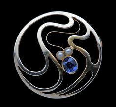MURRLE BENNETT & CO (Worked from 1896-1916) Art Nouveau Brooch. Gold, sapphire & pearl. United Kingdom, c. 1900. Marks: MB & Co & '15ct'. Sinuous Art Nouveau brooch with a lovely sapphire 0.25 cts approx. (hva)