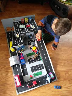 Cardboard Race Track, Cardboard Car, Diy Projects For Kids, Diy For Kids, Pizza Box Crafts, Car Tracks For Kids, Diy Toys Car, Toy Car Storage, Sisal