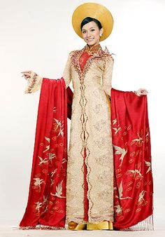 Vietnamese long dress : Ao dai (Áo dài) is the best typical traditional clothing in Vietnam. Ethnic Fashion, Covet Fashion, Runway Fashion, Fashion Outfits, Womens Fashion, Vietnamese Traditional Dress, Vietnamese Dress, Traditional Wedding Dresses, Traditional Outfits