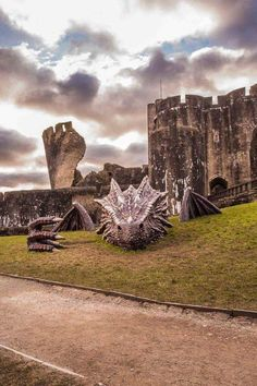 Amazing four-metre long Welsh dragon art installed last year at Caerphilly Castle, Wales. Looks like Smaug from The Hobbit movies. Photo Post Mortem, Burg Tattoo, Welsh Castles, Dragons, Welsh Dragon, Epic Pictures, Dragon Art, Dragon Statue, Land Art