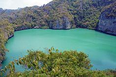Lago  Thale  Nai  de  Ang  Thong   isla Ko Mae Ko, donde se encuentra el lago Thale Nai, un lago conectado al mar por un túnel submarino. Terminamos la excursión en la isla principal, Ko Wua Talap, donde están los Headquarters del parque y donde tuvimos tiempo libre. En esa isla hay un viewpoint impresionante. THAILANDIA - ASIA