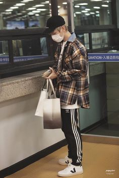 Fashion Idol, Japan Fashion, Pop Fashion, Chanyeol, Airport Fashion Kpop, Puppy Store, Fitness Workout For Women, Korean Street Fashion, Airport Style
