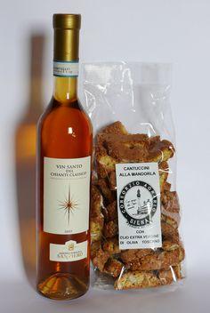 E' tradizione in Toscana abbinare Cantuccini e Vinsanto. Questi biscotti possono essere inzuppati nel vino per ammorbidirli ed accentuarne il sapore, oppure degustati mangiando prima il biscotto e poi bevendo il vinsanto, in modo da apprezzare le proprietà organolettiche di entrambi.  Prova l'abbinamento con la nostra Offerta Speciale! Compra on line.