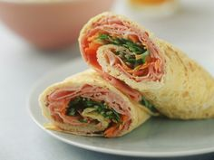 Omelett mit Schinken-Salat;125 g Mehl 250 ml Milch 2 Eier 2 Tomaten 2 Frühlingszwiebeln 200 g Pilze z. B. Steinpilze 1 Handvoll Sprossen Zitronensaft Kerbel für die Garnitur