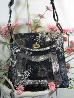 Love the use of different colorways of the same fabric pattern.  Also like the twistlock, flap design.  http://www.dancindaisydesigns.com/patterns