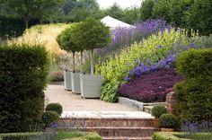 Inspiration til beplantning (tone i tone + gentagelse) Skråninger i haven, store felter med ens beplantning, træer i krukkers