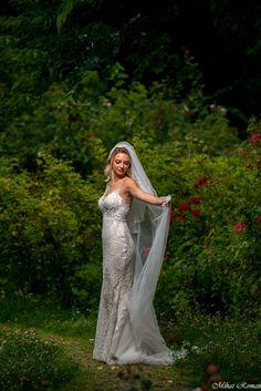Salutare! Eu sunt Mihai Roman, Povestitorul de nunti, iar daca te inspira aceasta imagine, te invit sa o salvezi intr-unul dintre panourile tale #weddingdress #rochiemireasa #mireasa #nunta #fotografiedenunta #ideinunta #ideirochiemireasa Dream Of Getting Married, Roman, Wedding, Valentines Day Weddings, Weddings, Marriage, Chartreuse Wedding