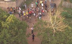 06/11 - Moradores e equipes de trabalho são vistos no distrito de Bento Rodrigues