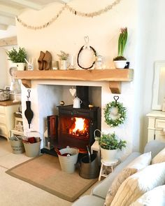 56 Ideas farmhouse cottage fireplace for 2019 Cottage Dining Rooms, Cottage Living, My Living Room, Dining Room Fireplace, Cottage Fireplace, Fireplace Ideas, Victorian Cottage, Rustic Cottage, Cottage Style
