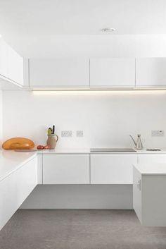 """Белая кухня """"парящая в воздухе""""."""