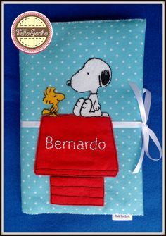 Porta caderneta de vacinação Snoopy personalizado com o nome do bebê. Costurado, bordado e pintado à mão. #portacadernetasnoopy #maternidade #snoopy