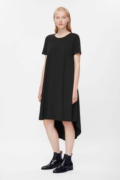 This dress is made from smooth jersey fabric that is pleated on each side for a wide, A-line shape. Slightly longer at the back, it is completed with subtle in-seam pockets, fitted shoulders and neat short sleeves. Cos Dresses, Fall Dresses, Pretty Dresses, Short Sleeve Dresses, Dresses For Work, Short Sleeves, Knit Dress, Dress Up, Wardrobe Sale