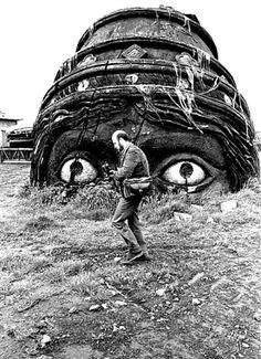 Gianni Berengo Gardin, uno dei fotografi che riesce meglio a guardare le cose del mondo e le storie piccole dentro la storia, fotografato da Luciano D'Alessandro davanti a una statua del Casanova di Fellini