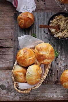Varzari, placinte cu varza calita este o reteta traditionala cu aluat dospit si varza murata calita. Romanian Food, Romanian Recipes, Pastry And Bakery, Sweets Recipes, Stuffed Mushrooms, Muffin, Food And Drink, Vegetarian, Cheese