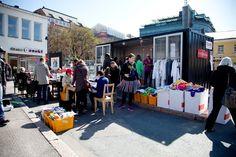 SIIVOUSPÄIVÄN ETKOT. Viikon kestävä ompelu- ja taidetyöpaja Lasipalatsin aukiolla. Kansalaiset rakastuivat siihen, ja siksi Etkoista kaavaillaan pysyvää osaa Siivouspäivä. SUURI KIITOS OSALLISTUJILLE! JA TAITEILIJOILLE!