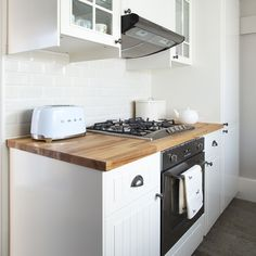 A few simple changes around your home can help speed up the sales process and even boost the value of your property. Check out these home staging ideas. Best Kitchen Colors, Kitchen Paint Colors, Home Staging Cost, Carpet Remnants, White Appliances, Sell Your House Fast, Wood Countertops, Home Living Room, Home Lighting