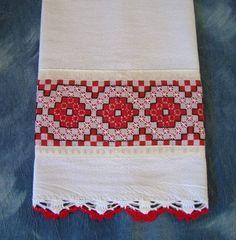 Pano de prato de saco branco trançado com aplicação de tecido xadrez bordado em ponto cruz duplo e acabamento em crochê R$ 20,00