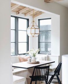 A beautiful breakfast nook could be the best way to make yourself a morning person. that and coffee. We are drawn to the clean black windows that contrast beautifully with the rustic ceiling. Design by 📸 Kitchen Breakfast Nooks, Kitchen Nook, Kitchen Ideas, Breakfast Nook Furniture, Bar Kitchen, Kitchen Inspiration, Dining Nook, Trends, Home Decor Accessories