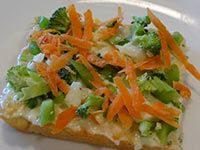 This 'garden pizza' makes a great appie! Food process the veggies for eating ease. My family likes using broccoli, cauliflower, and radish! Healthy Drinks, Healthy Snacks, Healthy Recipes, Pizza Pot Pie, Appetizer Salads, Appetizers, Appetizer Recipes, Garden Pizza, Skinny Recipes