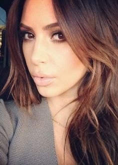 I Love her hair color! Kim Kardashian Changed Her Hair Color Brown Hair Subtle Highlights, Chestnut Highlights, Front Highlights, Hair Color For Brown Eyes, Honey Highlights, Blonde Highlights, Kim Kardashian Cabelo, Kardashian Beauty, Kardashian Photos