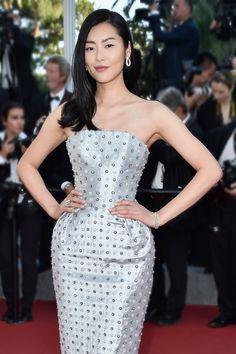 La mannequin chinoise Liu Wen avait choisi les boucles d'oreille Cameleon avec deux bracelets Ava et une bague Pensee de Diamants, le tout en or blanc serti de diamants par Boucheron au Festival de Cannes