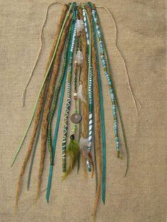 Este é um Aplique Dread em tons verde, para ser usado como acessório para enfeitar os cabelos. Ele possui 18 fios - 4 dreads cabelo sintetido (disponivel em todas as cores), 4 dreads de linha, fios de couro e macrame com penas e sementes. Hoje, terça-feira estarei na loja a partir das 11h. Quem quiser marcar algo pra depois das 16h fique a vontade. :D Estilo Espiral - Rua Salvador Simoes, 1089 (um quarteirão do