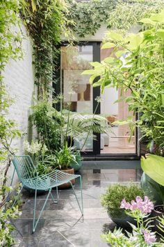 Niet de authenticiteit of de grote oppervlakte van dit huis in hartje Brussel trok de nieuwe eigenaars over de streep, wel de binnenplaats, waar (tuin)architect Stefan helemaal zijn ding kon doen.
