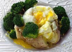 Una idea deliciosa para una cena ligera: Pon una patata en el microondas (o en el horno) y, una vez tierna, pártela por la mitad y sírvela con un huevo y brócoli o tu vegetal favorito alredededor.