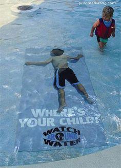 Marketing de guerrilla en la piscina. Una campaña para advertir a los padres de estar alerta cuando los hijos juegan en el agua.