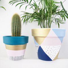 Hand Painted Plant Pot Pastel Triangles por ThisWayToTheCircus