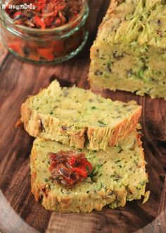 Courgette Savory Cake with pepper and tomatoe sauce Veggie Recipes, Vegetarian Recipes, Healthy Recipes, Tapas, Bolo Fit, Appetizer Sandwiches, Portuguese Recipes, Savoury Cake, Easy Cooking
