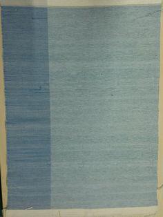 sininen Kangaspuilla kudottu tyynykangas nimeltä puolikas, sametti- ja pellavalangoilla. Koko 60x80cm