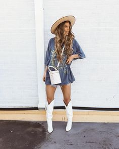 White boots, otk boots, over the knee boots, over the knee white boots, white boots outf Hugo Boss, Karl Lagerfeld, Jamel, Jack Wolfskin, Casual Winter Outfits, Outfit Winter, Curvy Outfits, Shorts, Outfit Jeans