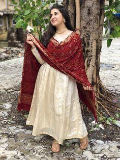 Silk Kurti Designs, Simple Kurta Designs, Kurta Designs Women, Kurti Designs Party Wear, Indian Gowns Dresses, Indian Fashion Dresses, Indian Outfits, Pakistani Outfits, Bandhani Dress