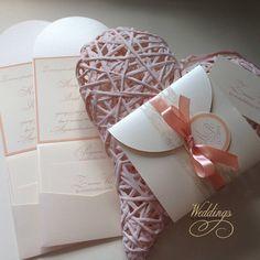 Svatební+oznámení+-+POWDER&CREME+Další+z+řady+svatebních+oznámení+od+WEDDINGS+BY+NOVIA+FLEUR+je+v+krémové+a+pudrové+barvě.+Obal+je+vyroben+z+kvalitního+perleťového+papíru.+Uvnitř+obálky+je+vloženo+svatební+oznámení+vytištěno+na+strukturovaném+papíře+v+barvě+slonové+kosti.+Oznámení+je+dozobeno+saténovou+stuhou+a+visačkou+s+monogramem+nevěsty+a+ženicha.++...