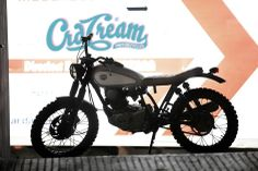 """spanish power La protagonista de esta entrada es su último trabajo, la CRD#16 """"Atómica"""", una Yamaha SR 250 Classic de 1.995 que ha pasado de ser la moto del mensajero, a lo que podeis ver en las fotos realizadas por Rafa Gallar."""