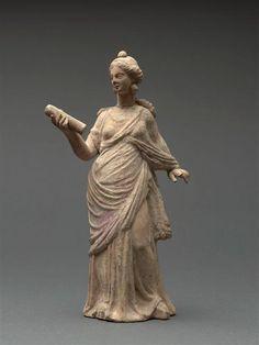 """Muse debout tenant un volumen. entre 50 av J.-C. et notre ère signé """"Athénodoros"""". Paris, musée du Louvre"""