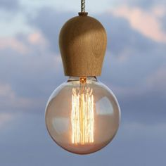 Schon mal darüber nachgedacht, einen Lampenwald zu pflanzen? Wir schon und sind total glücklich, wie leuchtend schön der Bright Sprout Hain gewachsen ist. Denn wenn man mehrere Modelle der großartigen schlichten Holzkuppel aufhängt, kommt das natürliche Ebenmaß des Designs richtig zur Geltung. In der Version mit geräuchertem Eichenholz versprüht die Lampe vornehme Noblesse.Das Label Nordic Tales ist seinem Anspruch, Objekte mit Geschichten an Kunden mit eigenen Phantasien zu vermitteln…