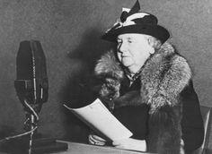 op deze foto praat koningin Wilhelmina vanuit engeland tegen de Nederlanders via de radio