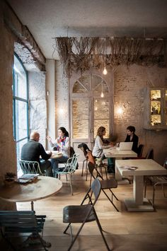 Love the netting;a // cafe, coctail bar // Corredera Baja de San Pablo, 12 // Madrid. Small Store Design, Bar Madrid, Bar A Vin, Decoration Restaurant, Pause Café, Coffee Places, Cafe Bistro, Cafe Style, Restaurant Interior Design