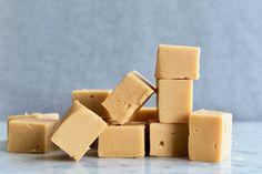 Karamel fudge met zeezout – recept van Gwenn's Bakery No Bake Fudge, Fudge Cake, Macarons, Carmel Cake, Cake Recept, Caramel Fudge, Beach Meals, No Bake Treats, Candy Recipes