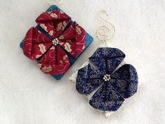 Folded fabric quilted Christmas ornaments tutorials complete with photos are free. Fabric Christmas Decorations, Quilted Christmas Ornaments, Christmas Origami, Christmas Sewing, Christmas Fabric, Folded Fabric Ornaments, Quilted Gifts, Fabric Origami, Ornament Tutorial