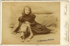 jouets d'enfants, jeux de photographes : Portrait d'une jeune fille posant avec son chien. ...