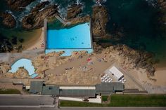Piscina das Mares, an architectural classic in Leça da Palmeira, a fishing town near Porto in Portugal. Designed by Alvaro Siza Viera and completed in the two swimming pools (one for children, the other for adults) are set into the rock. Cool Swimming Pools, Best Swimming, Outdoor Swimming Pool, Architectural Digest, Smooth Concrete, Pool Landscaping, Pool Designs, Architecture, Exterior